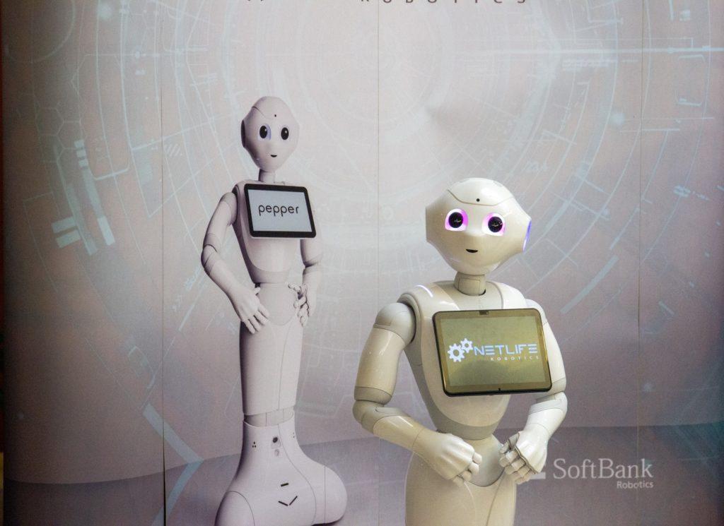 Pepper a Robotics sajtófala előtt.