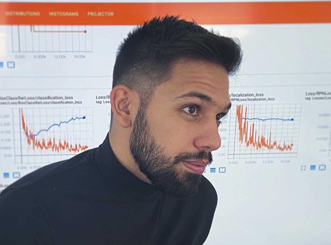 Balogh Marcell, az ember-robot interakció kutatásával foglalkozó egyetemista látható a képen.