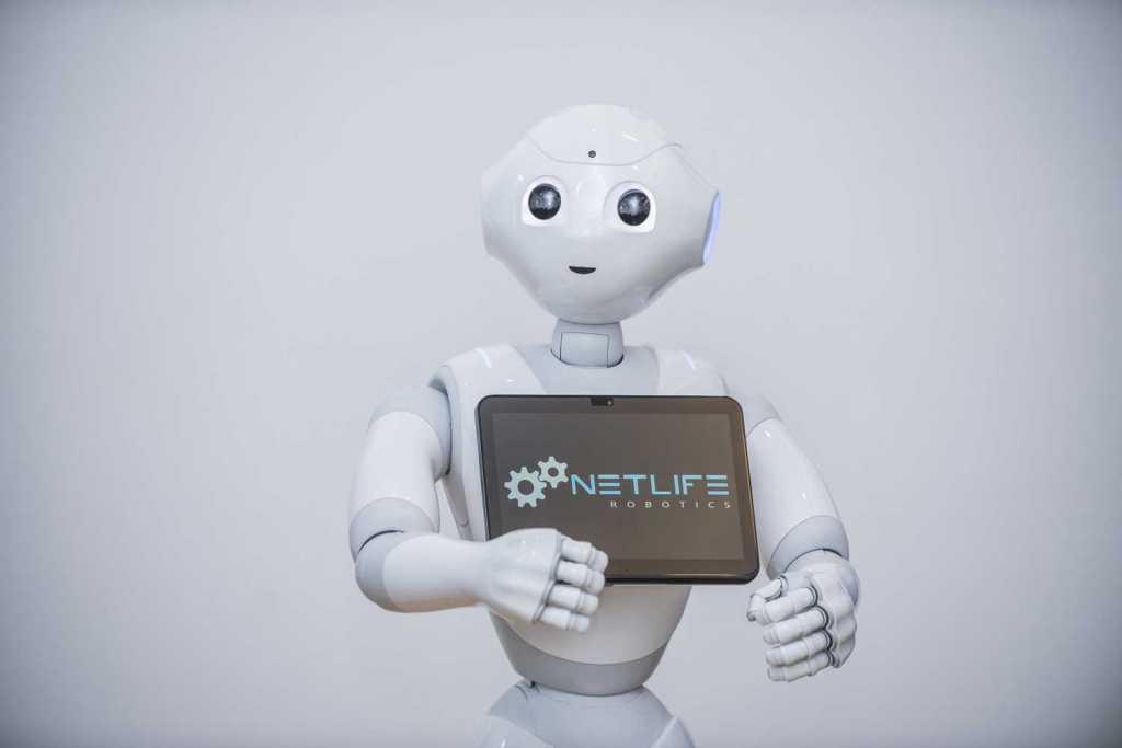 Pepper márkájú humanoid robot, mely mesterséges intelligencia segítségével képes ember - robot interakcióra.