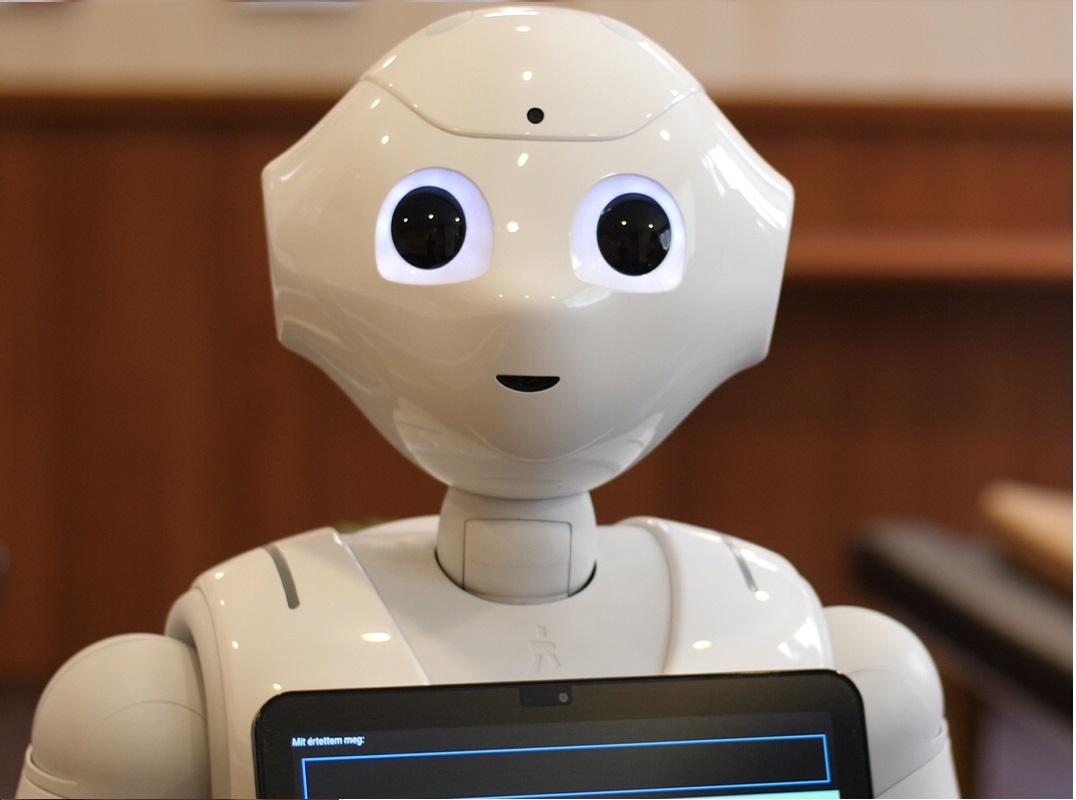 Featured image a Pepper robot Magyarországon című blogbejegyzéshez. A képen Pepper robot látható a BMC rendelőjében.