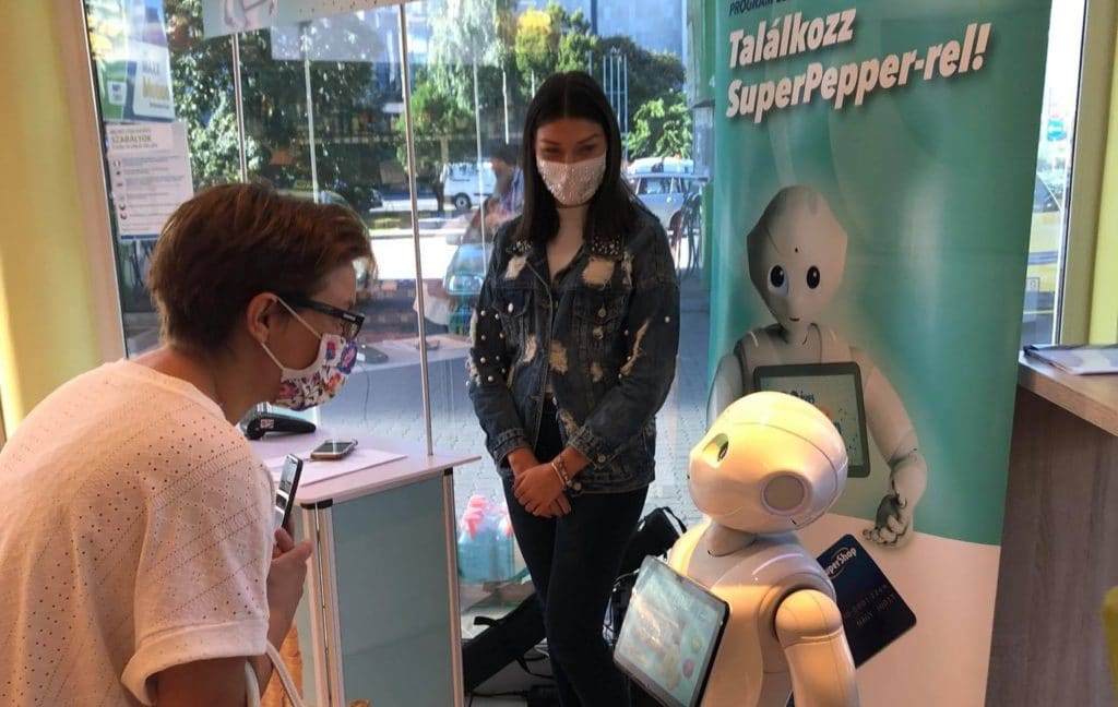Super Pepper egy interaktív digitális marketing eszköz. A képen épp egy  vásárlóval beszélget egy bezinkúton.