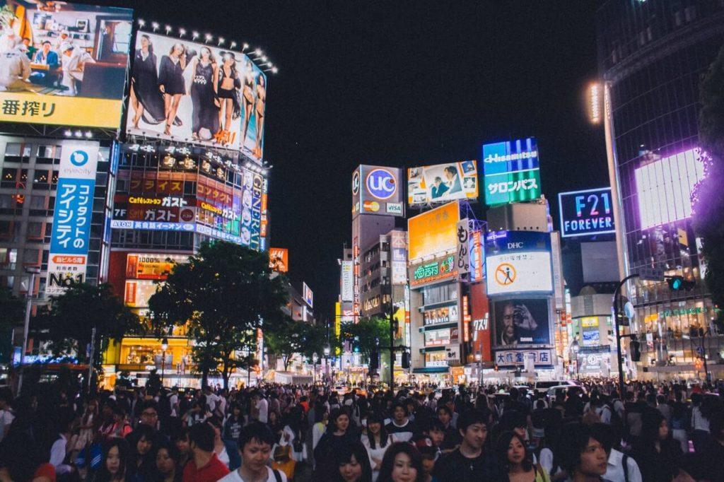 Shibuya, Tokió legfőbb üzleti negyede, ahol a robot kávézó is található.