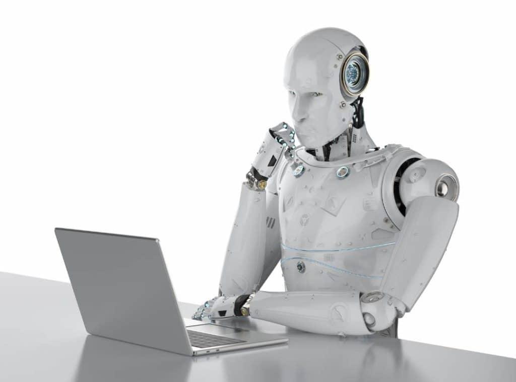 Robot a laptop előtt