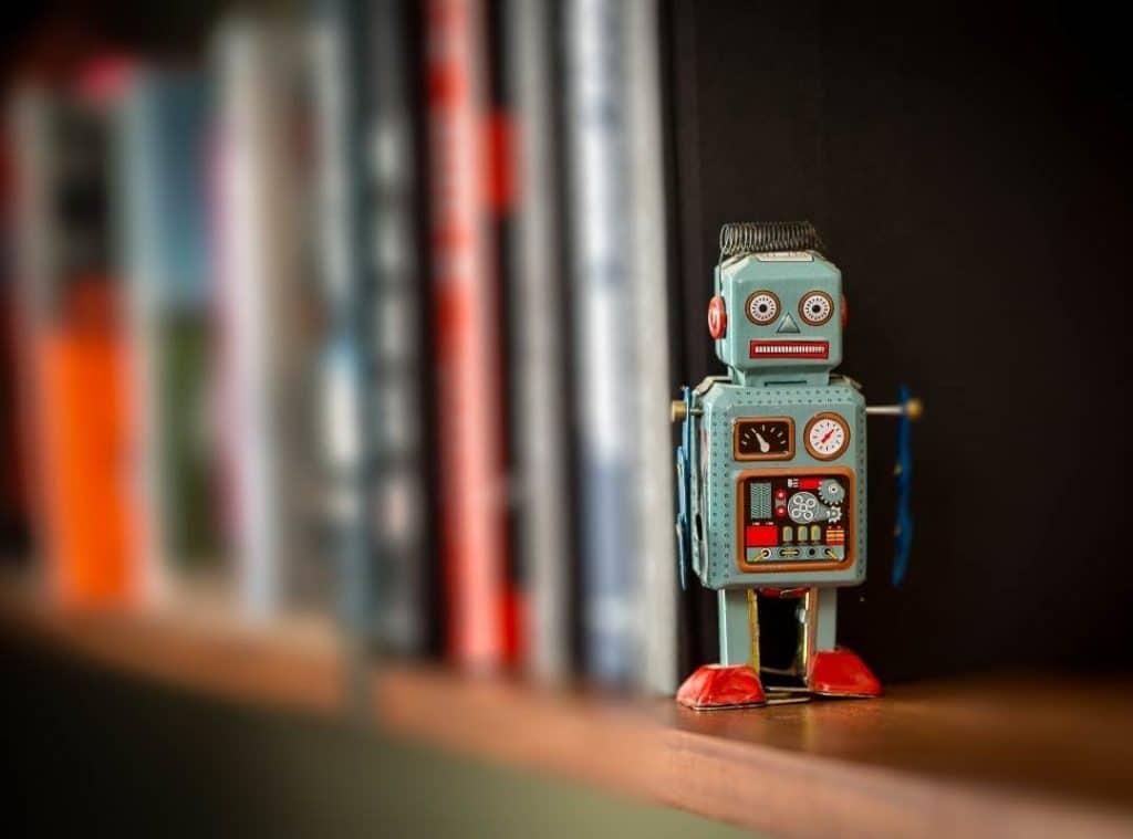 Robot a könyvespolcon
